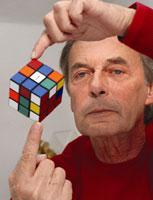 Erno Rubik trzyma kostkę Rubika